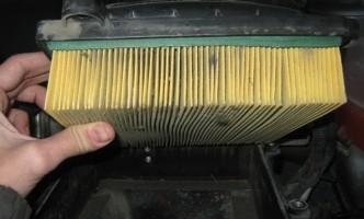 вынимаем старый воздушный фильтр