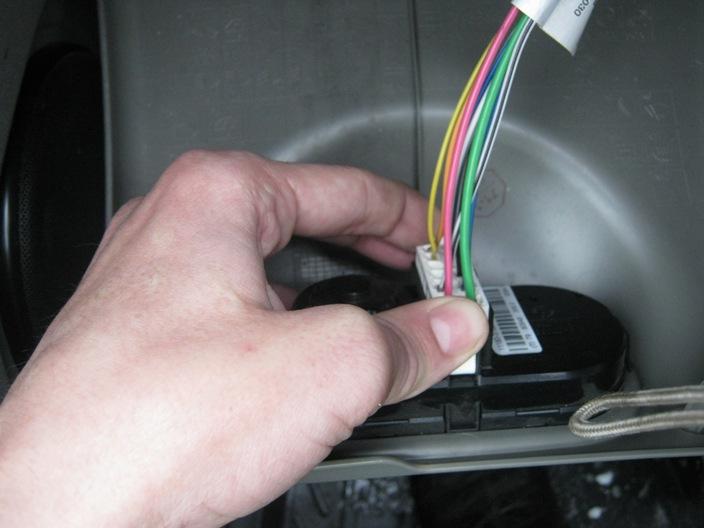 отсоединяем штекер с проводами от блока управления светом на Калине