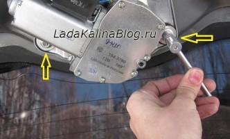 снятие моторчика заднего стеклоочистителя на Ладе Калине
