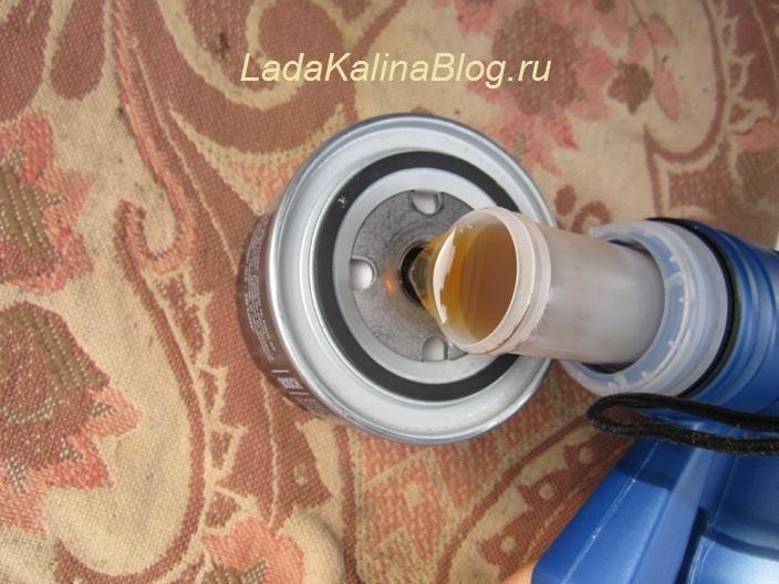 заливаем необходимый уровень масла в фильтр