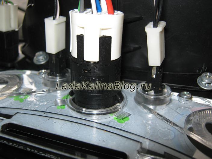 отсоединяем провода лампочек и регулировки скорости вентилятора печки на Калине