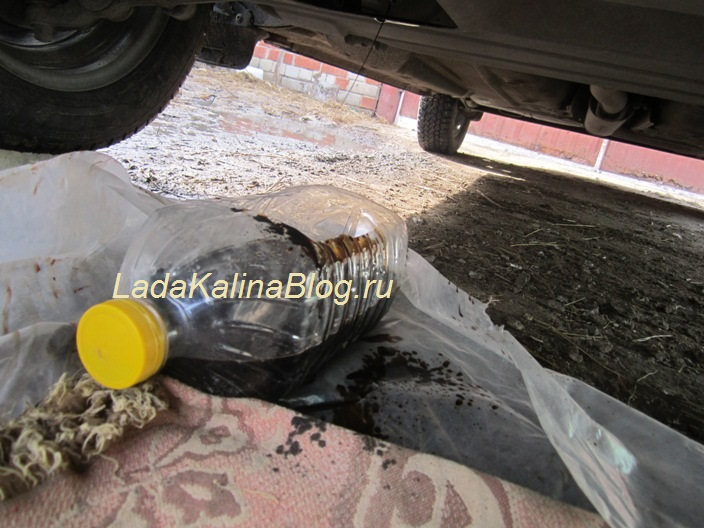 сливаем старое масло в двигателе Калины