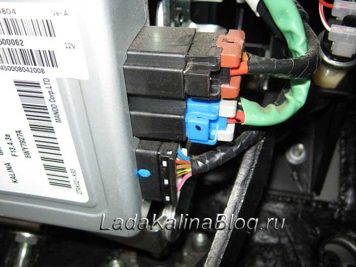 отсоединяем три штекера блока управления электроусилителем на Калине
