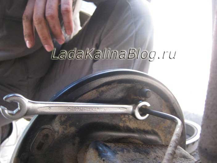 откручиваем тормозную трубку заднего цилиндра