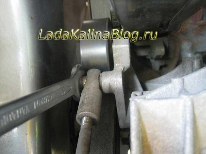 откручиваем крепление штока натяжителя ремня генератора на Ладе Калине