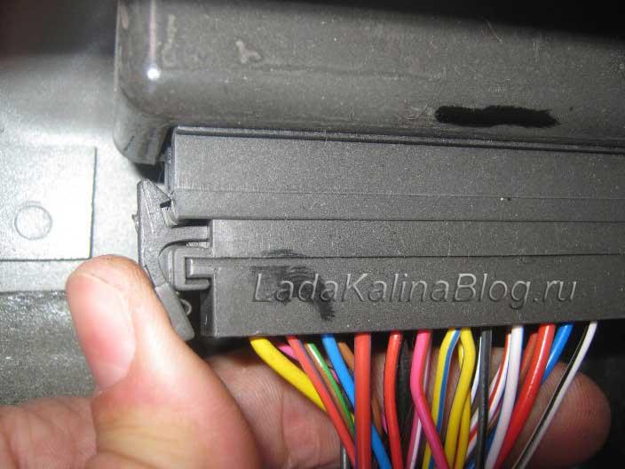 отсоединяем штекер питания от блока управления сигнализацией на Калине