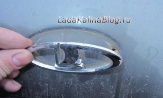 как снять эмблему багажника на Калине