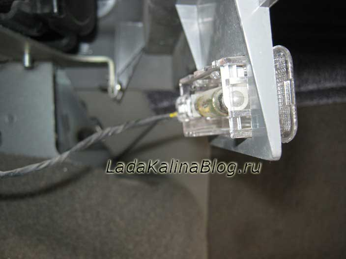 замена лампы плафона освещения багажника на Ладе Калине