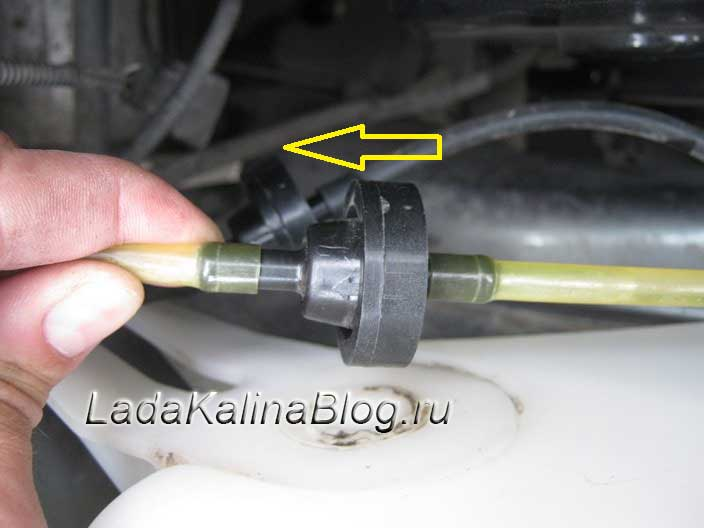 устанавливаем обратный клапан в омыватель Калины