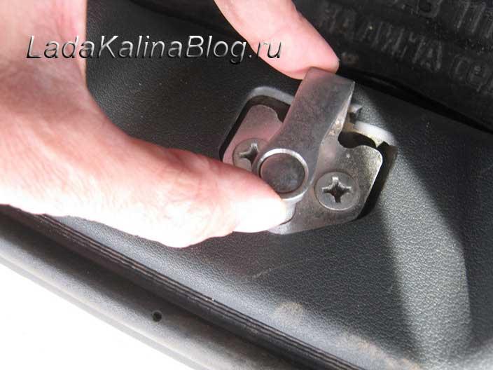 руками настраиваем нужное положение замка багажника на Калине