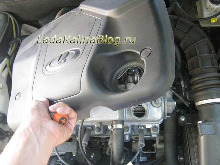 снятие пластикового кожуха на двигателе Калины 8-кл