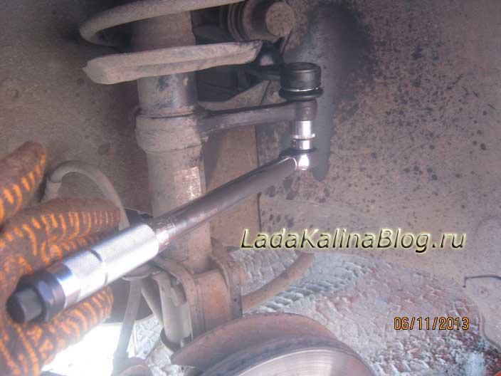 затягиваем гайку крепления рулевого наконечника с помощью динамометрического ключа на Калине