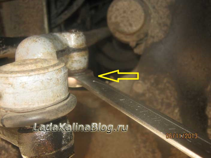 откручиваем стяжной болт рулевого наконечника на Калине