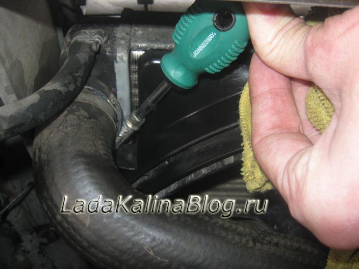 подтягиваем хомут патрубка радиатора на Калине