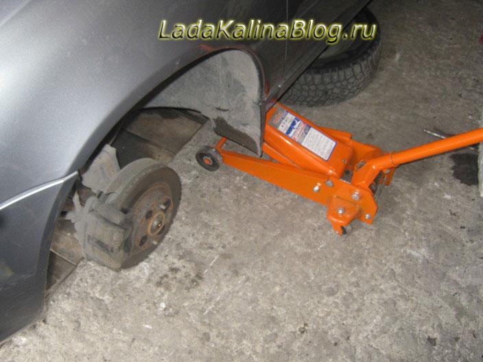 снять колесо на Калине