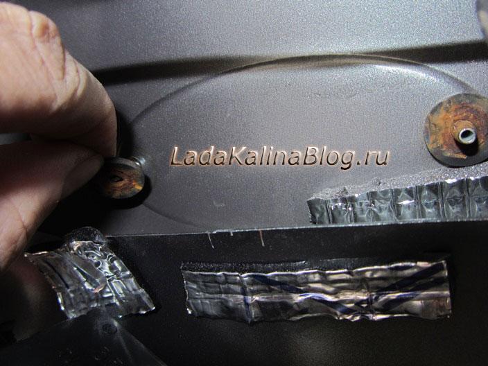 вынимаем резиновые шайбы под фиксатором эмблемы на Калины