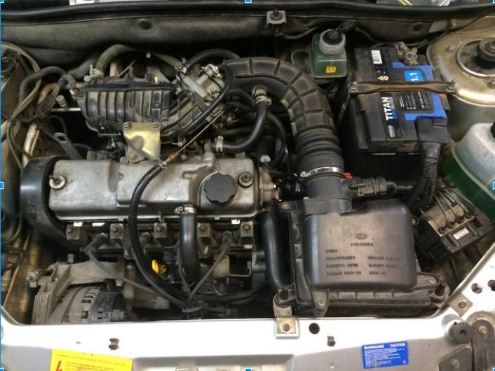 крышка двигателя Калины снята